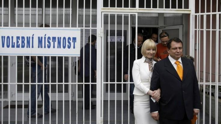 Na českého expremiéra sa po výrokoch jeho ženy zamerala polícia