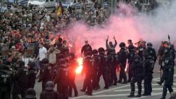 Polícia stretu demonštrantov nezabránila, Merkelová násilie odsúdila