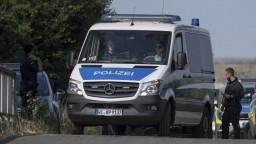 Volali o pomoc, tvrdí svedok. V uzavretom kamióne našli 16 utečencov