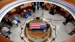 USA sa lúčia so zosnulým McCainom, zbohom mu chcú dať tisícky ľudí