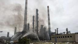 Ropnou rafinériou otriasol výbuch, množstvo ľudí evakuovali