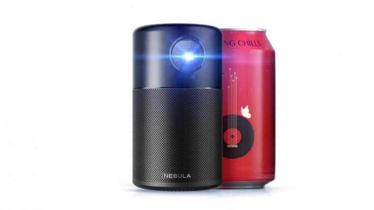 Prenosný projektor Nebula Capsule s rozmermi plechovky piva