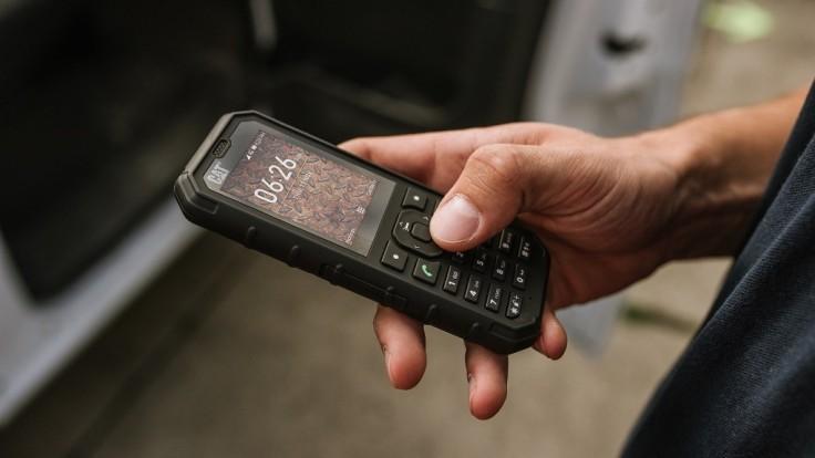 Zostaňte dlhšie v spojení s funkčným telefónom CAT B35 Smart 4G