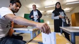 Výsledky volieb vo Švédsku sú tesné, polepšili si protiimigrační demokrati