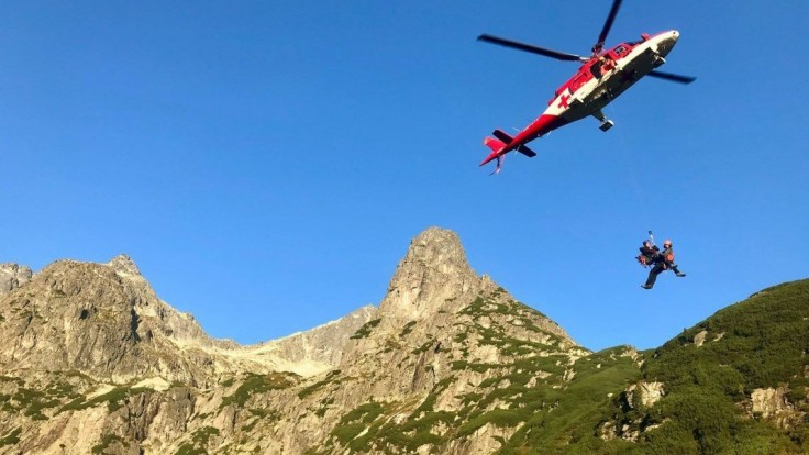Horolezci uviazli v noci v Tatrách, na pomoc im letel vrtuľník
