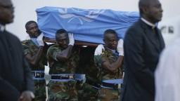 Telo Kofiho Annana priviezli do rodiska, privítali ho ako hrdinu