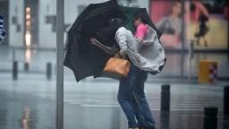 Hrozia búrky, krúpy, povodne a pozor na vietor, varuje SHMÚ