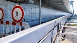 Vymieňajú povrch na peších lávkach Mosta SNP, nový bude tenší