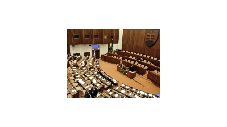 Parlament schválil predčasné voľby a zmeny v eurovale
