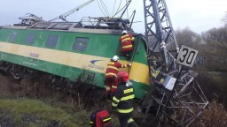 Na širokorozchodnej trati sa vykoľajil vlak, rušňovodiča zachraňovali
