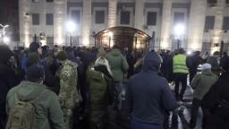 Na Ukrajine odhlasovali stanné právo. Čo to znamená pre ľudí?