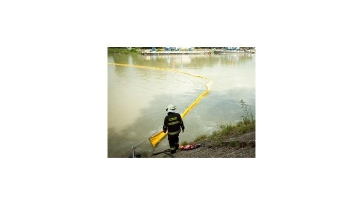 Hasiči po ropnej havárií zmonitorujú pristav v Bratislave a Zálesie