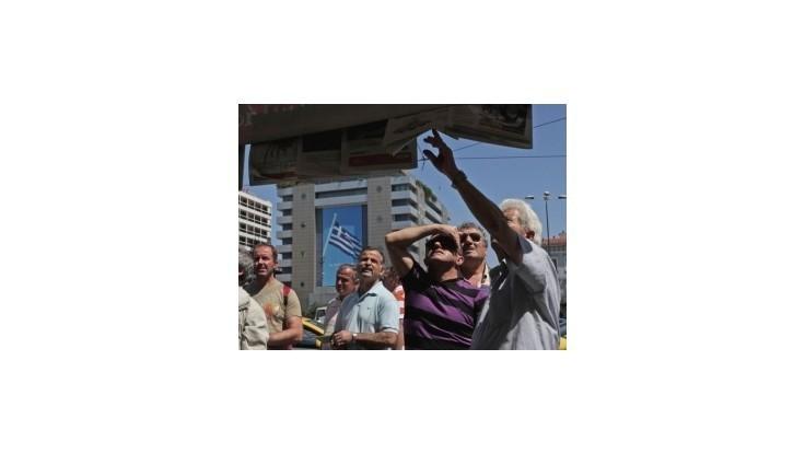 Gréci si pred voľbami vyberajú z bánk stámilióny