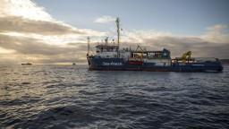 Migranti riskujú životy nebezpečnou plavbou na britské ostrovy