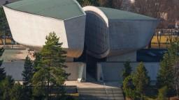 Múzeum SNP opäť ničili vandali, posprejovali lavičky aj fontánu