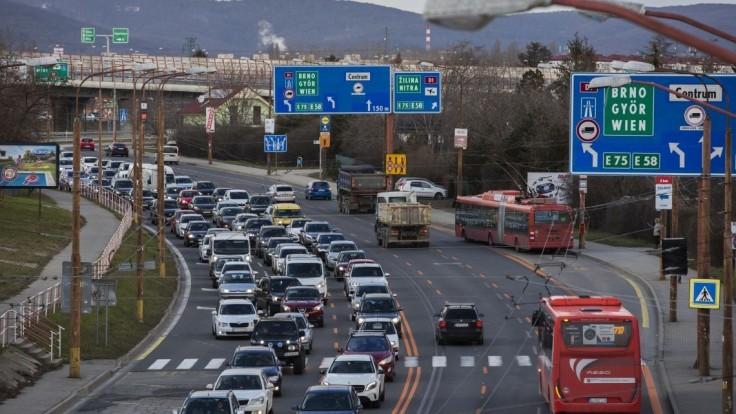 V Bratislave sa začali obmedzenia. Použite MHD, vyzývajú vodičov