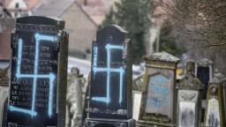 Na židovské hroby namaľovali svastiky, Macron sľubuje tresty
