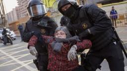 Štrajk v Katalánsku sa zmenil na demonštrácie, ľudia blokovali cesty