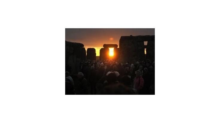 Tisíce ľudí oslávili letný slnovrat v pravekom Stonehenge