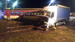 Vlak sa na priecestí zrazil s nákladiakom, vykoľajil sa