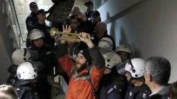 Srbskí demonštranti vtrhli do televízie, žiadajú slobodné médiá