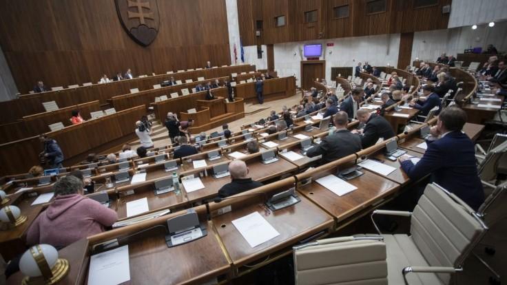 Politici majú mať právo na odpoveď v médiách, odsúhlasil výbor