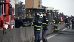 Vodič uniesol autobus so školákmi a učiteľmi, potom ho podpálil
