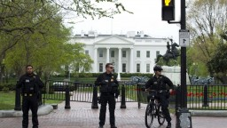 Okolie Bieleho domu museli uzavrieť, muž na vozíku sa podpálil