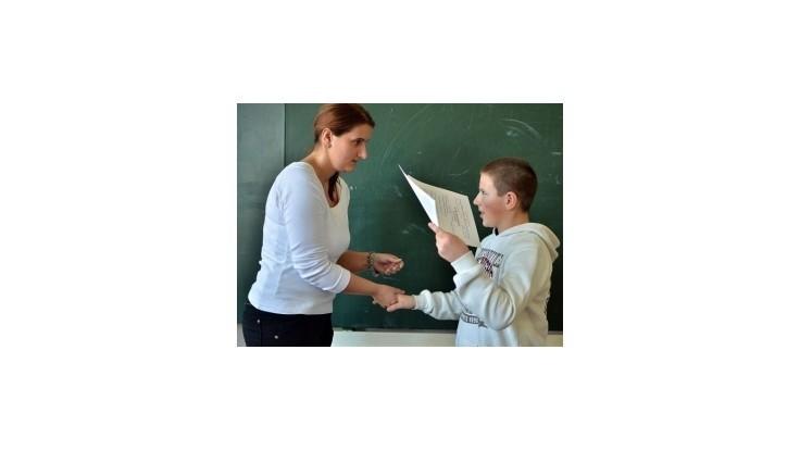 Žiaci dostali koncoročné vysvedčenia, Čaplovič oznámkoval učiteľov