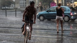 Maďarsko zasiahla silná búrka, zaplavila ulice a vyvracala stromy