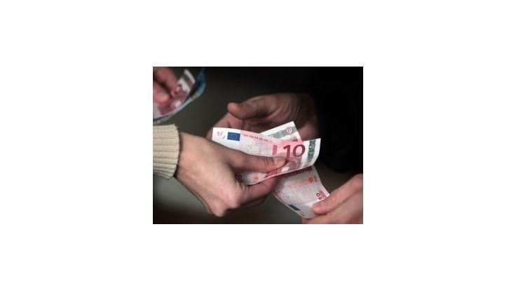 Euro spadlo voči doláru, jenu aj oproti libre