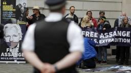 Súd rozhoduje o Assangeovi, v USA mu hrozí doživotie