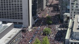 Toronto hore nohami, viac ako milión ľudí vítalo hráčov Raptors