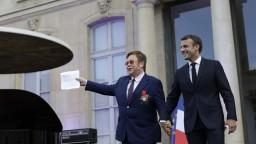 Macron ocenil spevákov boj proti AIDS najvyšším vyznamenaním