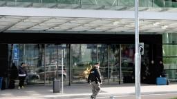 NAKA zasahovala na letisku, po prílete zadržala Slovákov a Čecha