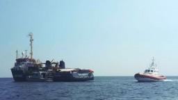 Loď s migrantmi vplávala do prístavu, kapitánku ihneď zatkli