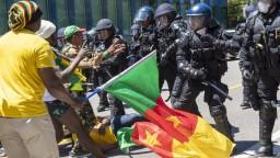 V Ženeve použili na dav vodné delá, protestoval proti diktátorovi
