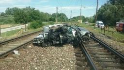 Pri vážnej nehode sa zrazil rýchlik s autom, hlásia obete