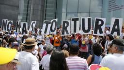 Protesty i cvičenia. Maduro a Guaidó sa postavili pred ľudí