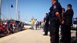 Salvini napokon ustúpil, desiatky migrantov vystúpili z lode