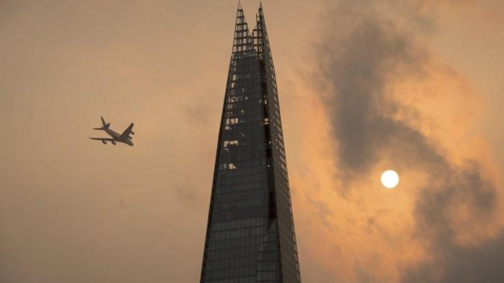 Muž bez istenia liezol na najvyšší mrakodrap, hore čakala polícia
