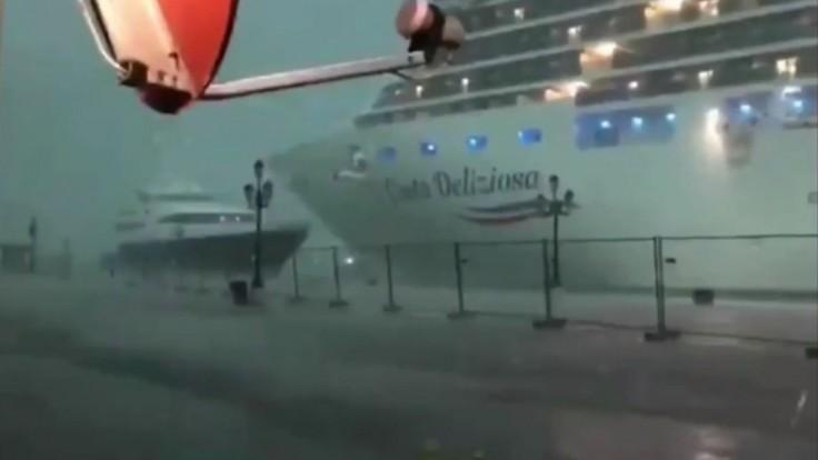 Benátky zápasili so silnou búrkou, takmer spôsobila zrážku lodí