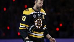Chára bude najstarším hokejistom v NHL. Čaká ho 22. sezóna
