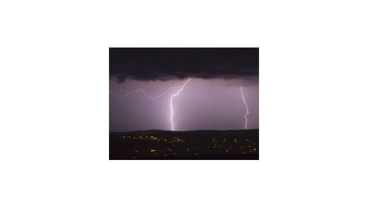 Meteorológovia predpovedajú búrky a intenzívne lejaky