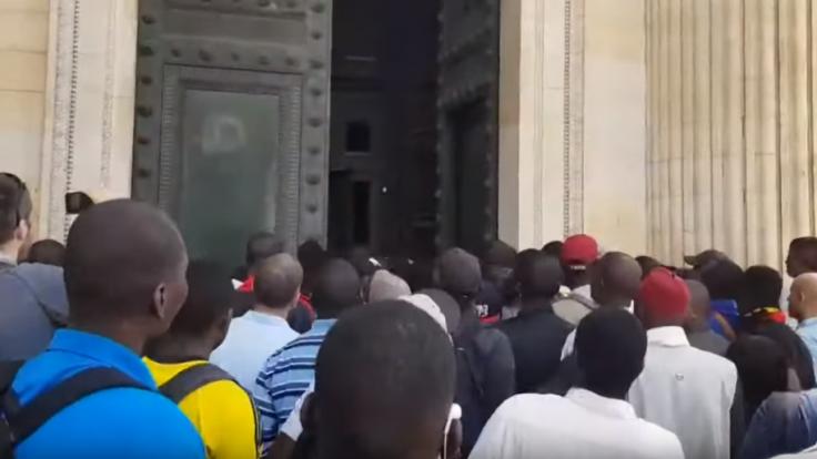 Do historickej stavby vbehli stovky migrantov, žiadali potrebné doklady