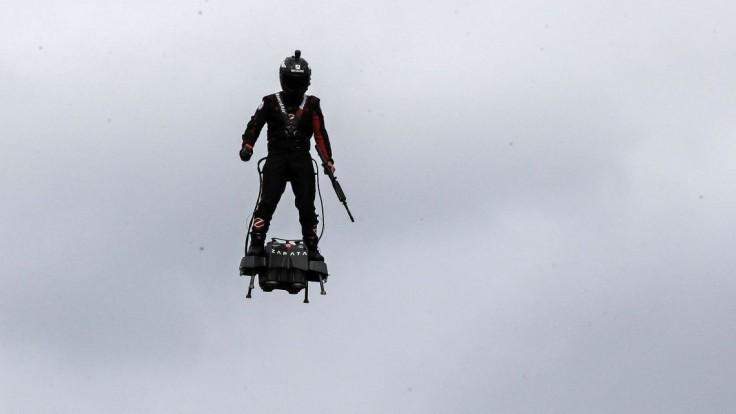 Paríž na prehliadke s úžasom sledoval lietajúceho muža s puškou