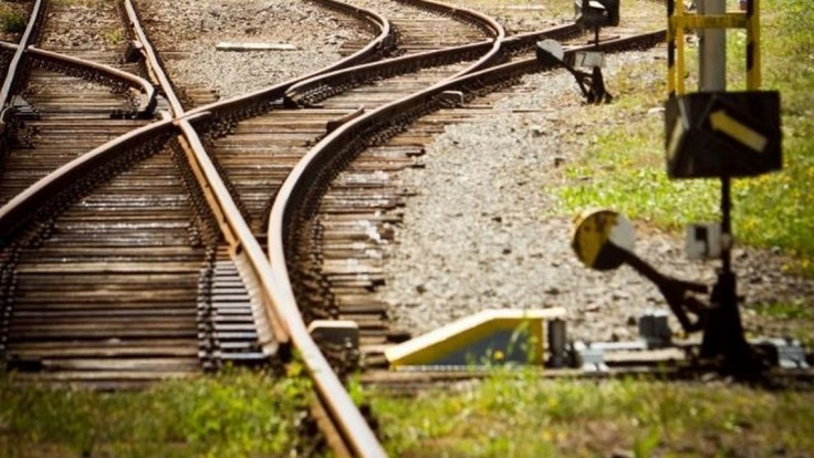 Tragédia na železničnej trati. Pri zrážke zahynula posádka auta
