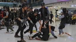 Polícia v Hongkongu zasiahla obuškami, dav staval barikády