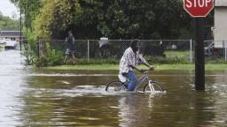 Barry zoslabol, hrozba tornád a prívalových dažďov stále trvá