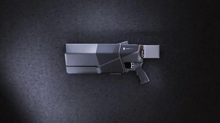 Rušička dronov v podobe pištole pre vyberanie blízkych cieľov